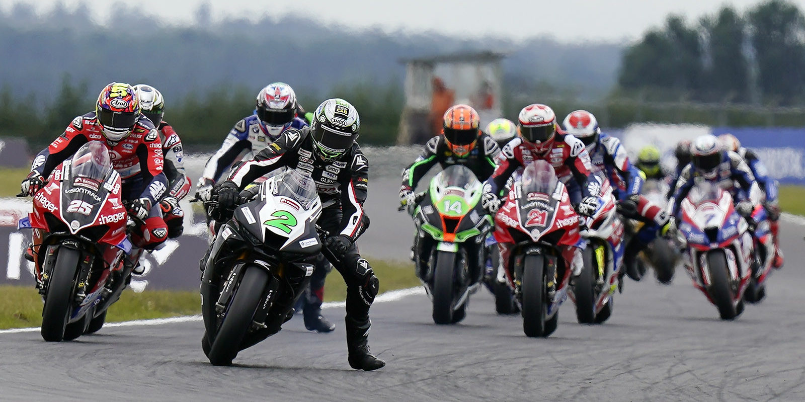 Glenn Irwin (2) leads Josh Brookes (25), Christian Iddon (21) and the rest of the British Superbike field at Snetterton. Photo courtesy MSVR.