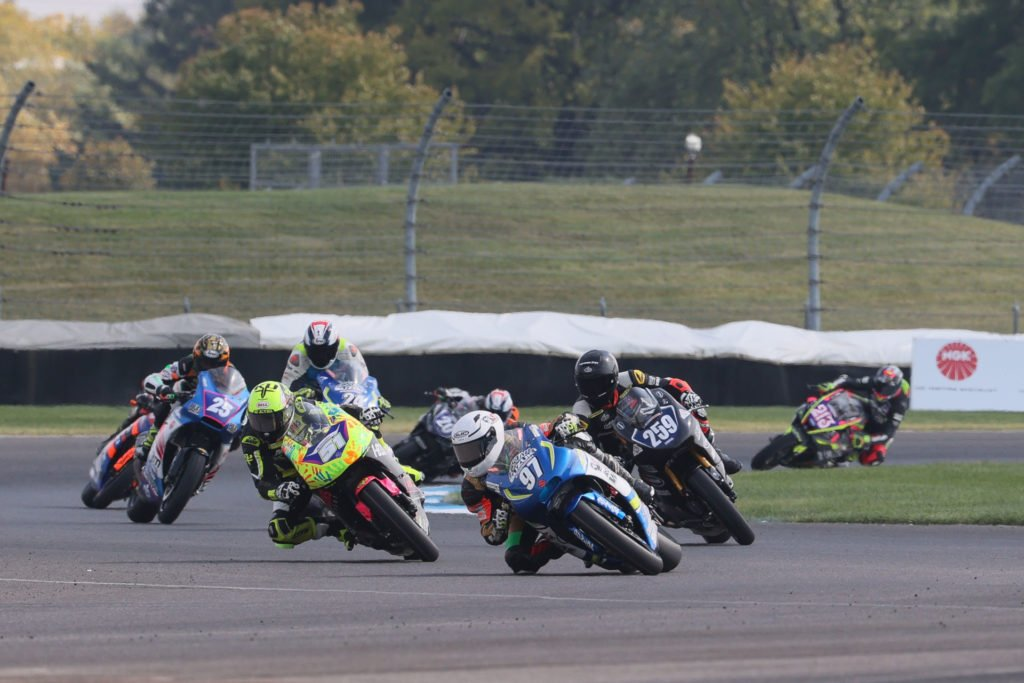 Rocco Landers (97) leads Hayden Schultz (259), Kaleb De Keyrel (51), Dominic Doyle (25), Joseph Blasius (24), and the rest of the MotoAmerica Twins Cup field. Photo by Brian J. Nelson.