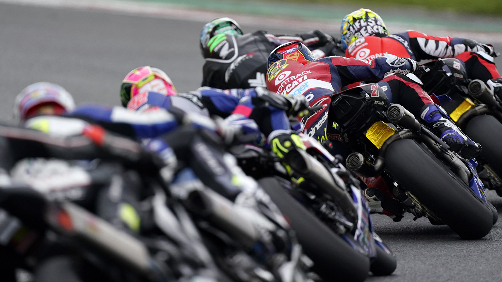 Action from British Superbike Race One at Brands Hatch. Photo courtesy MSVR.