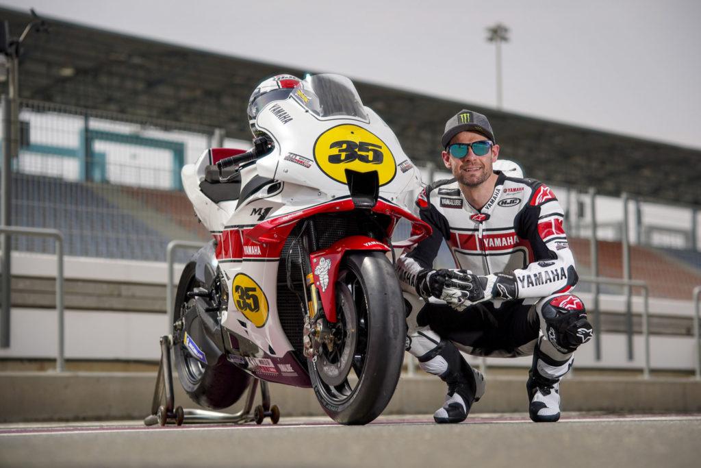 Le pilote d'essai Yamaha MotoGP Cal Crutchlow et sa peinture personnalisée YZR-M1 célèbrent le 60e anniversaire de Yamaha en Grand Prix.  Photo gracieuseté de Yamaha.