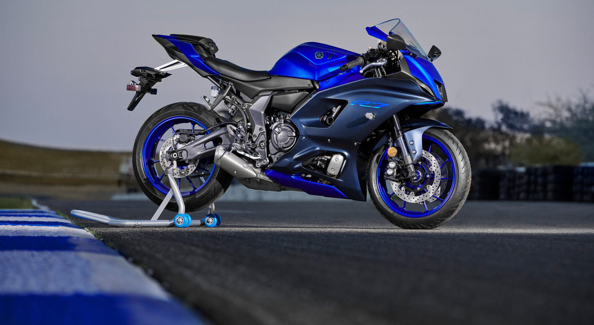 A 2022-model Yamaha YZF-R7 fitted with Bridgestone BATTLAX HYPERSPORT S22 tires. Photo courtesy Yamaha.