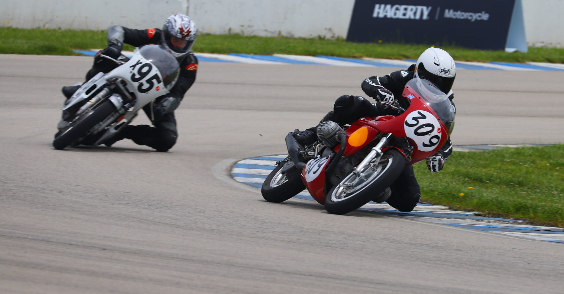 The AHRMA Vintage Cup Championship fight between Tim Joyce (309) and Andrew Mauk (x95) will be decided October 8-9 at Barber Motorsports Park. Photo courtesy AHRMA.